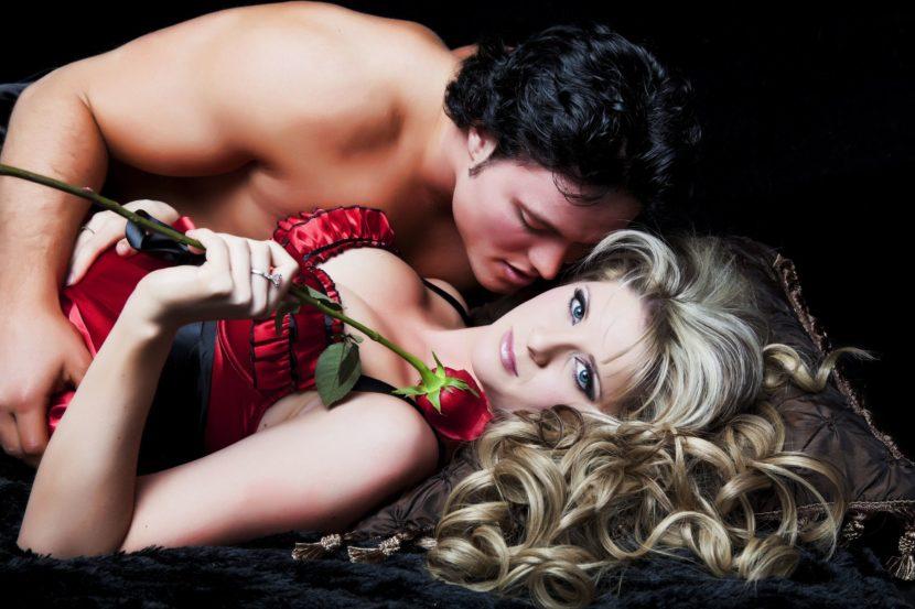 La serata romantica di una coppia con rosa