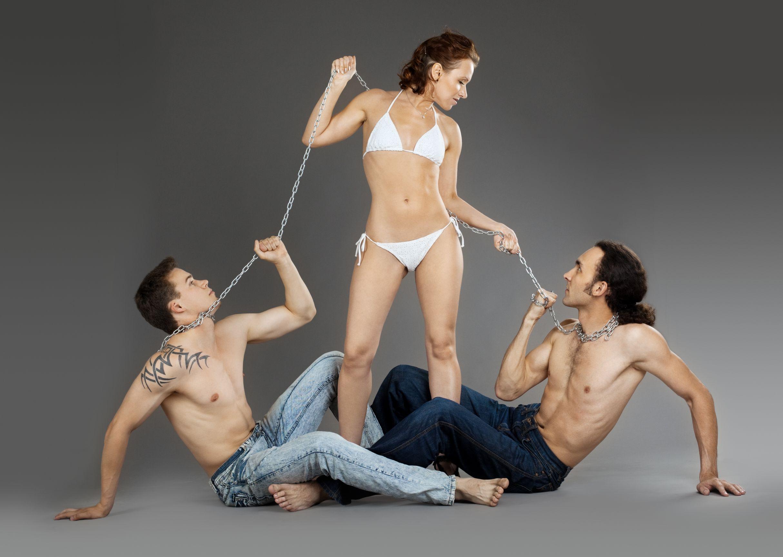giornata della donna con due uomini in catene